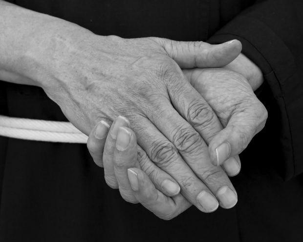 Você acorda com as mãos duras e doloridas?