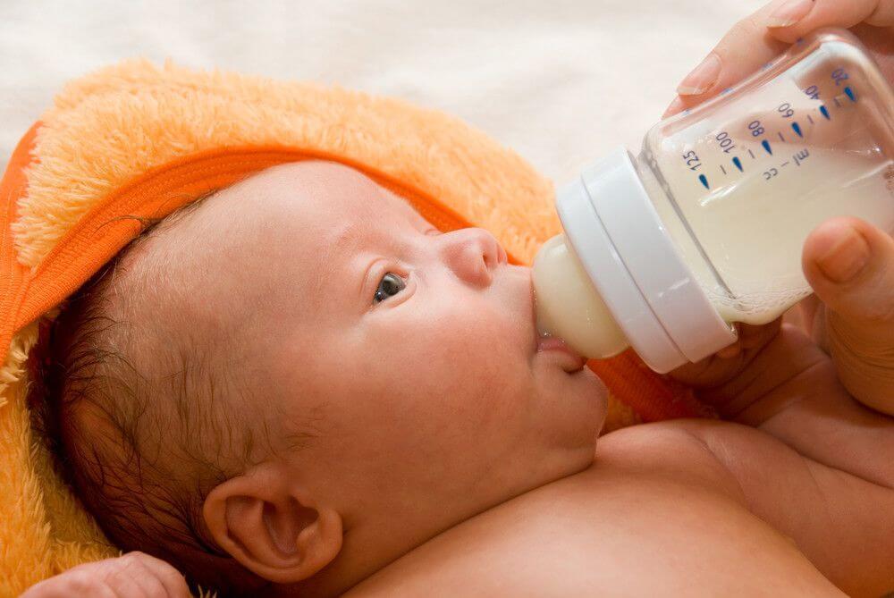 Dar mamadeira a criança deitada pode causar otite