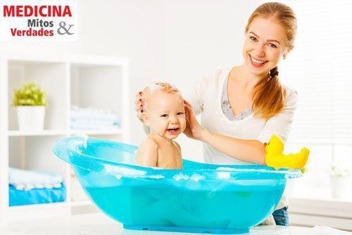 Os cuidados no banho do bebê: da temperatura da água ao uso correto dos produtos